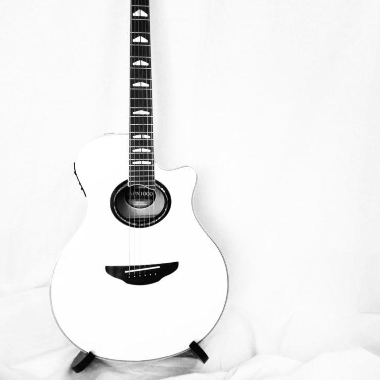 guitare-blanche-yamaha