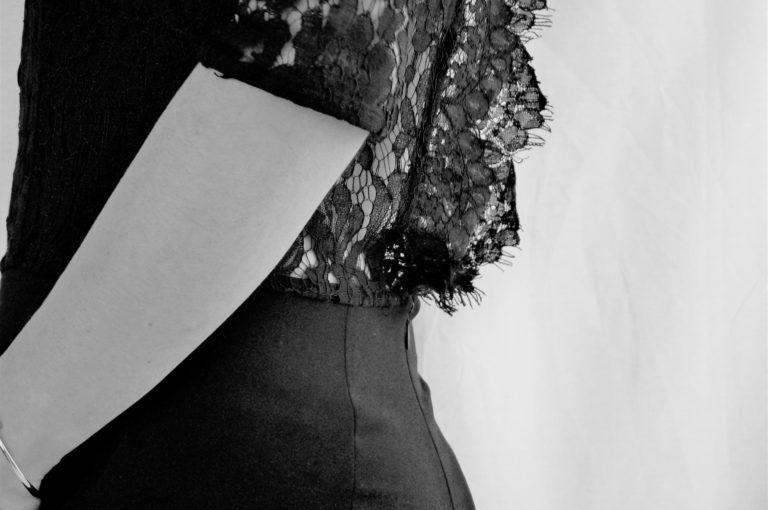 combinaison-dentelle-minimaliste-noir-et-blanc-soldes