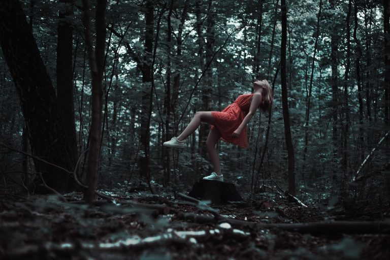 levitation-femme-foret