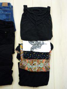 valise-minimaliste-vacances-vêtements-hauts