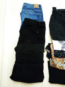 valise-minimaliste-vacances-vêtements-bas