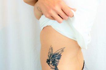 tatouage-recouvrement-oiseau-noir